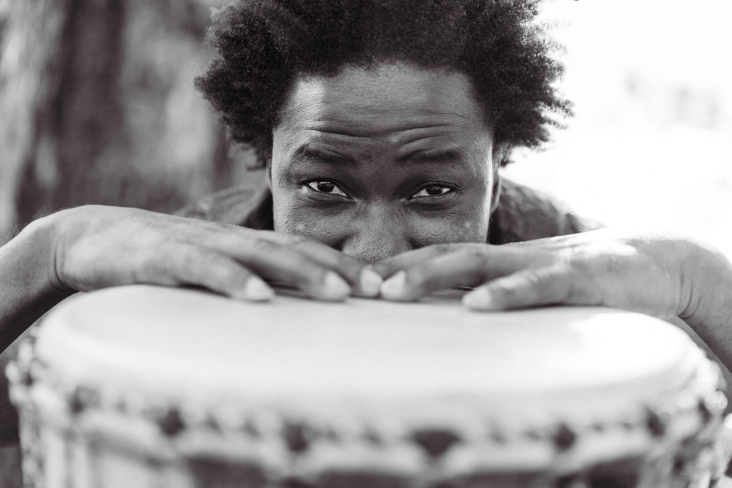 L'essentiel de la musique c'est le rythme hymne a l'amour de la percussion par Adama Bilorou